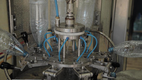 There is a conveyor for bottling drinking water. Details of the conveyor Live Action