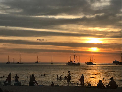 beautiful sky and ocean beach when sunset and people on the beach フォト
