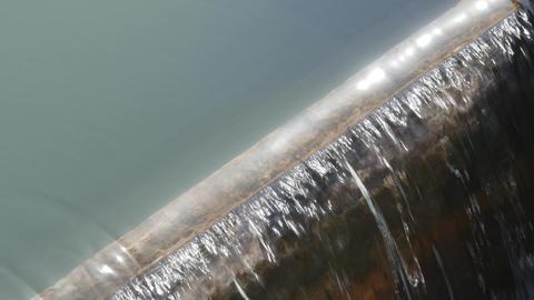 堰を流れる水 アップ ビデオ