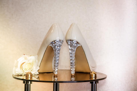Wedding shoes with high heels decorated with jewelry made of stones Fotografía