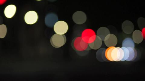都会の行き交う車と人々(夜景) stock footage