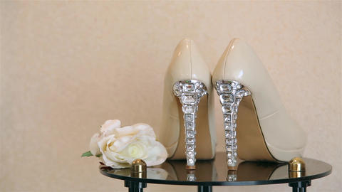 Wedding shoes with high heels decorated with jewelry made of stones HD 1920 Archivo