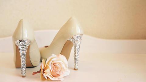 Wedding shoes beige high-heeled stand on the dresser HD Archivo