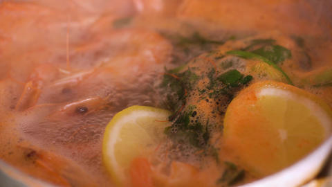 Shrimps are cooked in a saucepan with lemon and spices ビデオ