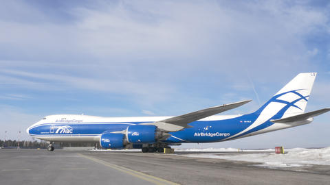 Cargo Boeing 747-8F taxiing from the runway Archivo