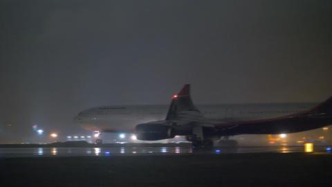 Night departure of Aeroflot aircraft in the rain Archivo