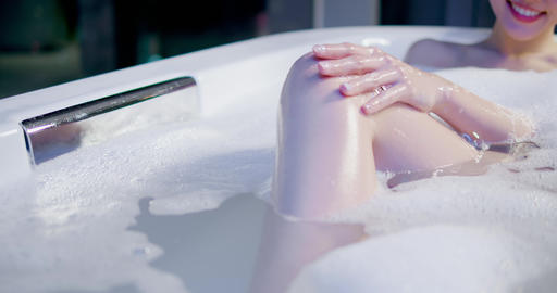 young woman taking a bath Live影片
