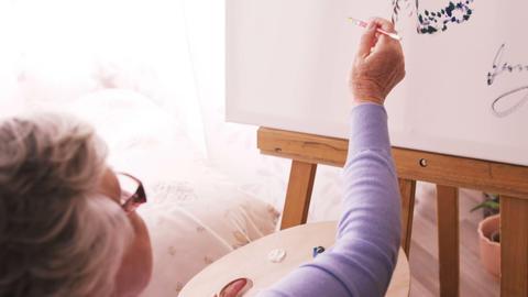 Senior woman painting on canvas ライブ動画