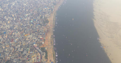 Aerial hyperlapse view Varanasi city and the boats moving in Ganges river, India Archivo