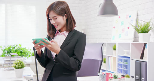 woman play mobile game happily Live影片