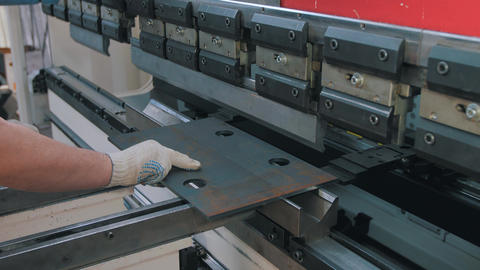 Operation of the machine for bending metal Archivo