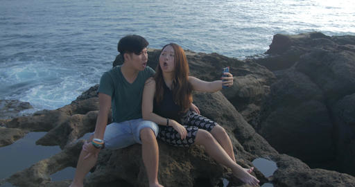 Fun Taiwan Couple taking selfies in beautiful Rock pool coast location taiwan tr ภาพวิดีโอ