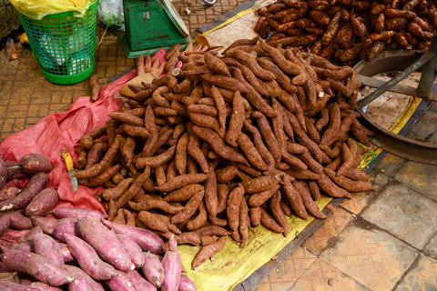 Sweet potato stack on ground for sale at the market Fotografía