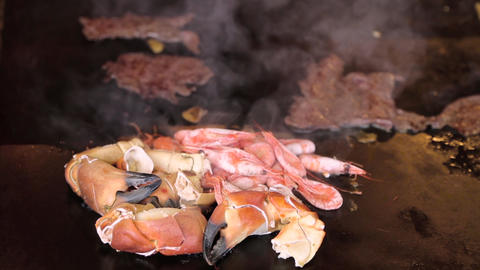 [alt video] Freshly cooked crabs and shrimps