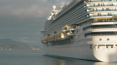 Cruise ship at anchor Archivo