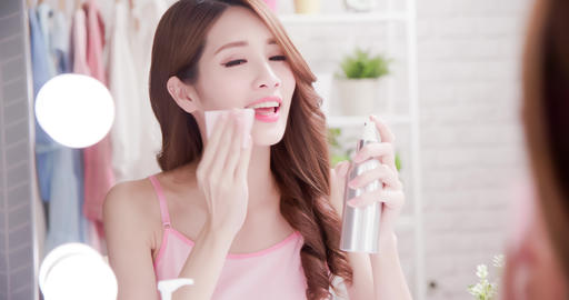 woman use cleansing cotton Archivo