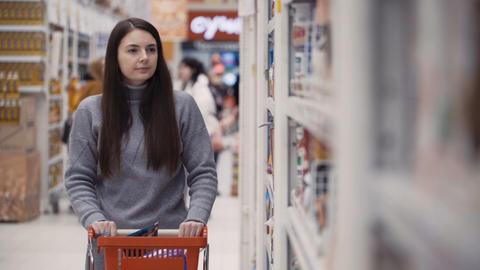 young women buying porridge at supermarket Archivo