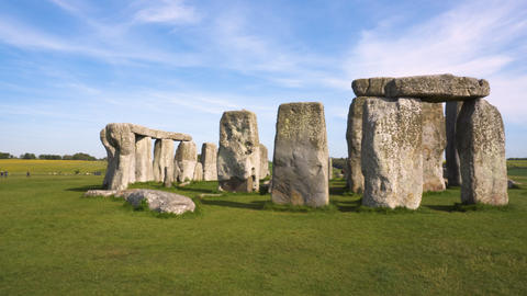 pan shot of Stonehenge on a beautiful sunny day ビデオ