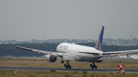 United Airlines Boeing 777 landing Footage