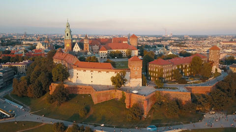 Aerial view of Royal Wawel Cathedral and castle in Krakow, Poland, with Vistula Archivo
