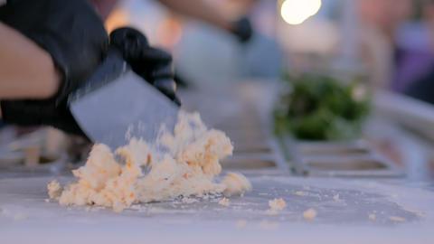 Preparing hand made natural stir-fried ice cream Archivo