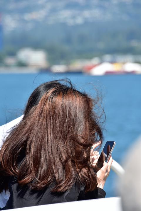Girl taking a picture with a smart phone Fotografía