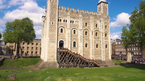 Tilt shot of The Tower of London, an old castle by the River Thames, London Acción en vivo