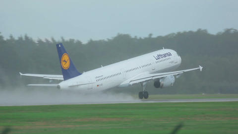 Airbus 321 accelerating before take-off Footage