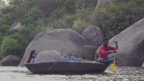 River in an Indian village with destroyed buildings and people Acción en vivo