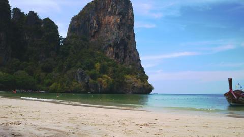 Tropical beach landscape of Railay Bay and boat Krabi, Thailand Acción en vivo