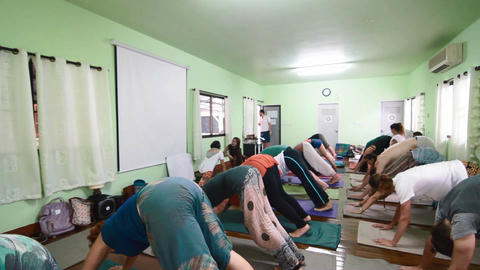 yoga class doing downward dog Live影片