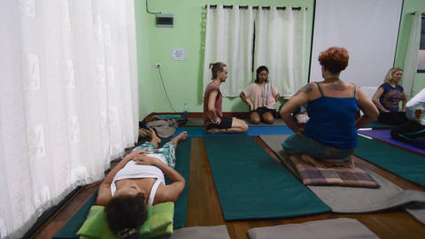 yoga students sitting and meditating Live影片