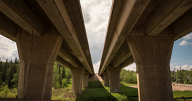 Overpass of freeway seen from below in a motion timelapse Live影片