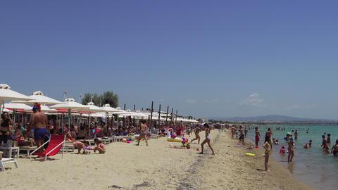Greek Mediterranean beach bar with crowd in Chalkidiki ビデオ