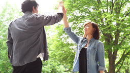Men and women to greet the (handshake, high-five) under the fresh green ライブ動画