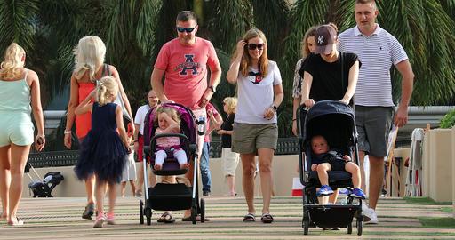 Parents With Children Walking In The City In USA Acción en vivo