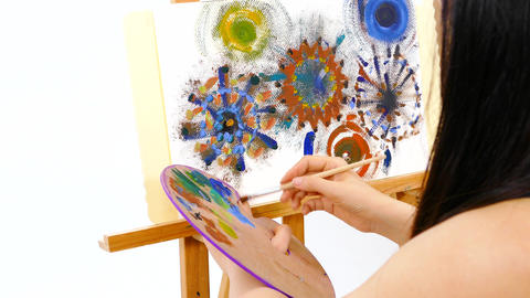 OTS Artist at easel busy painting Live影片