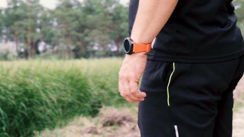 adult athlete in black uniform is standing on his hand wearing smart watches Acción en vivo