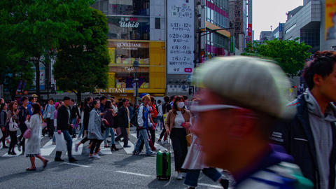 A timelapse of people at the crossing in Shibuya Tokyo daytime wide shot panning ビデオ