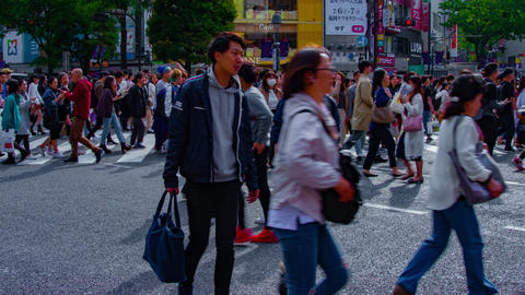 A timelapse of people at the crossing in Shibuya Tokyo daytime wide shot zoom ビデオ
