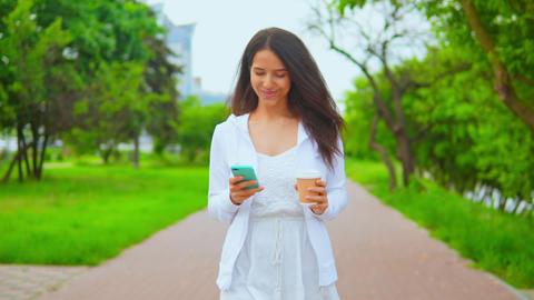 woman walking messaging on smartphone ライブ動画