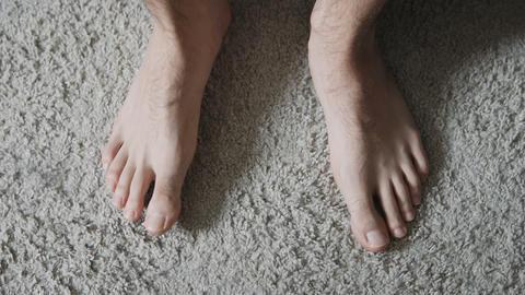 Man is standing bare feet on the carpet Live影片