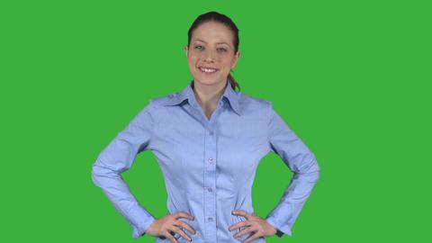 Professional woman takes a power pose (Green Key) ビデオ