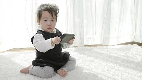 スマホを持って嬉しそうな赤ちゃん ビデオ