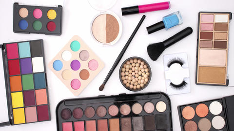 Make up products appear on white background - Stop motion Animation