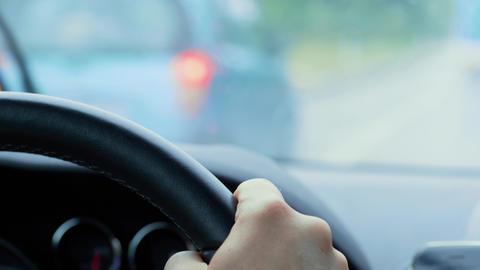 Steering wheel during car driving, rain, passing automobile Acción en vivo