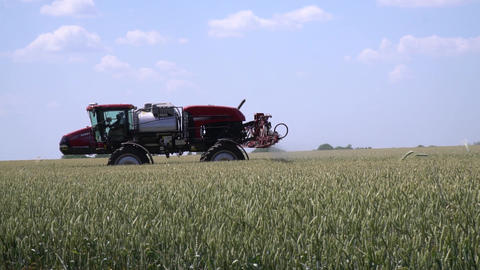 Agricultural machinery, self propelled sprayer with wide spread boom Live Action