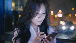 Asian Businesswoman Use Of Mobile Phone At Night, ライブ動画