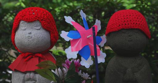 Statue guardian wearing red hat in Tokyo daytime closeup ビデオ