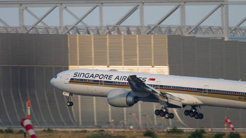 Singapore Airlines Boeing 777 landing Live Action